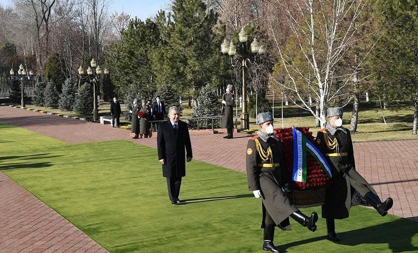 Президент Узбекистана почтил память Ислама Каримова